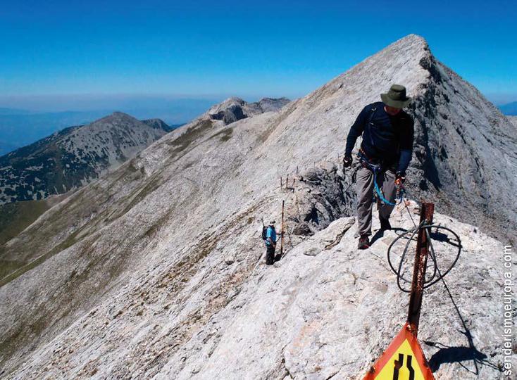 Senderista en picos de montaña de roca de Pirin
